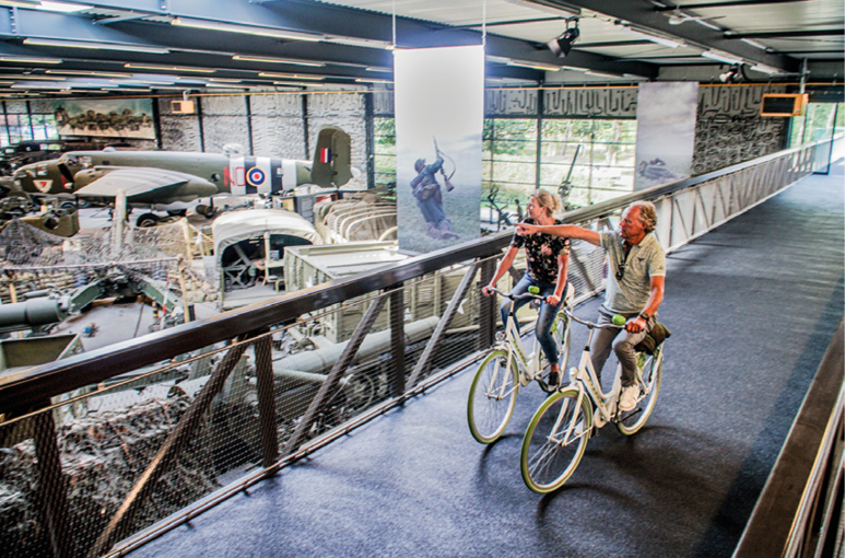 Fietsbrug door Oorlogsmuseum Overloon!