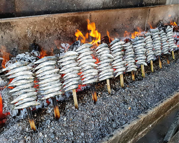 Specialiteit van de Costa del Sol: espetos de sardinas